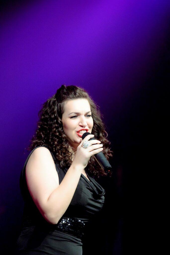 wokalistka w trakcie koncertu foto