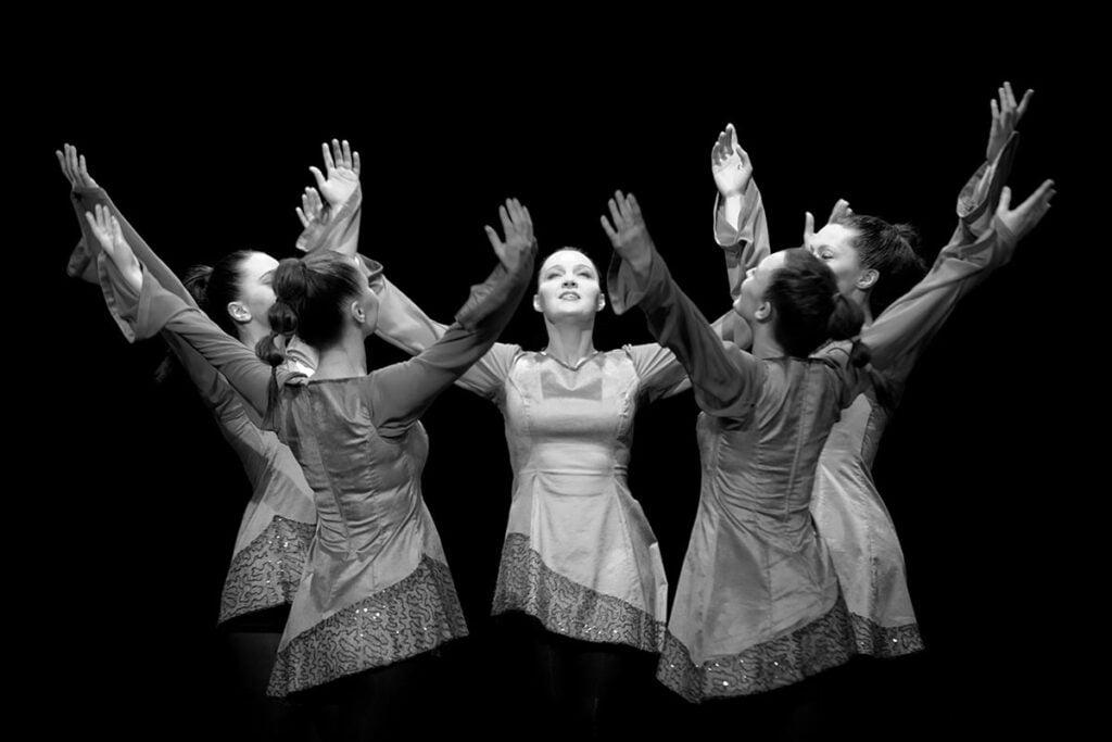 tancerki w trakcie tańca